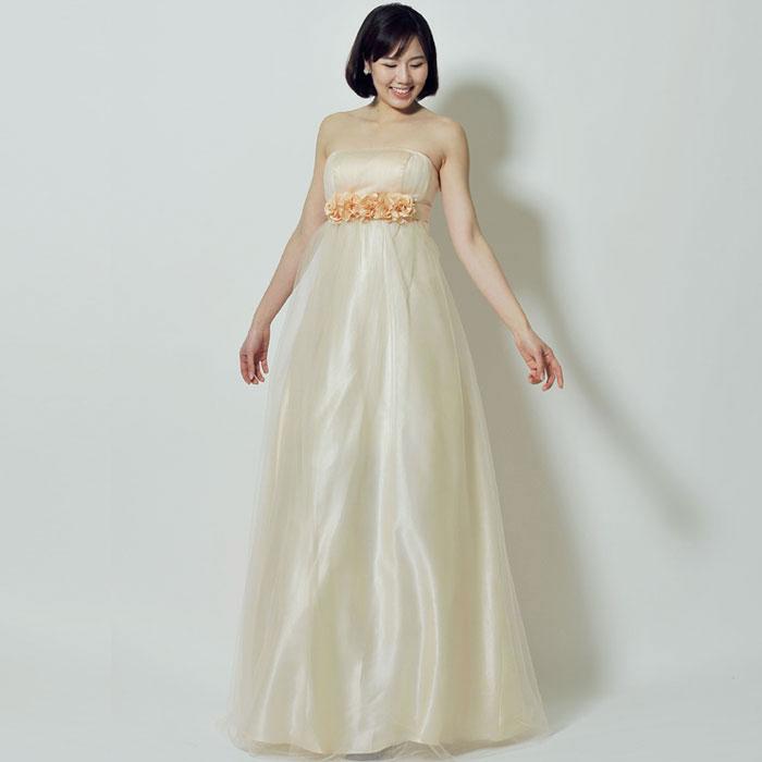 肌を綺麗に見せる高貴なカラー、シャンパンカラーのドレス