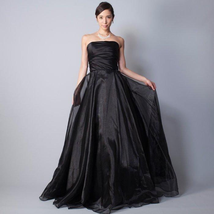 シックなブラックカラーのオーガンジースカートを使用した黒の演奏会向けカラードレス