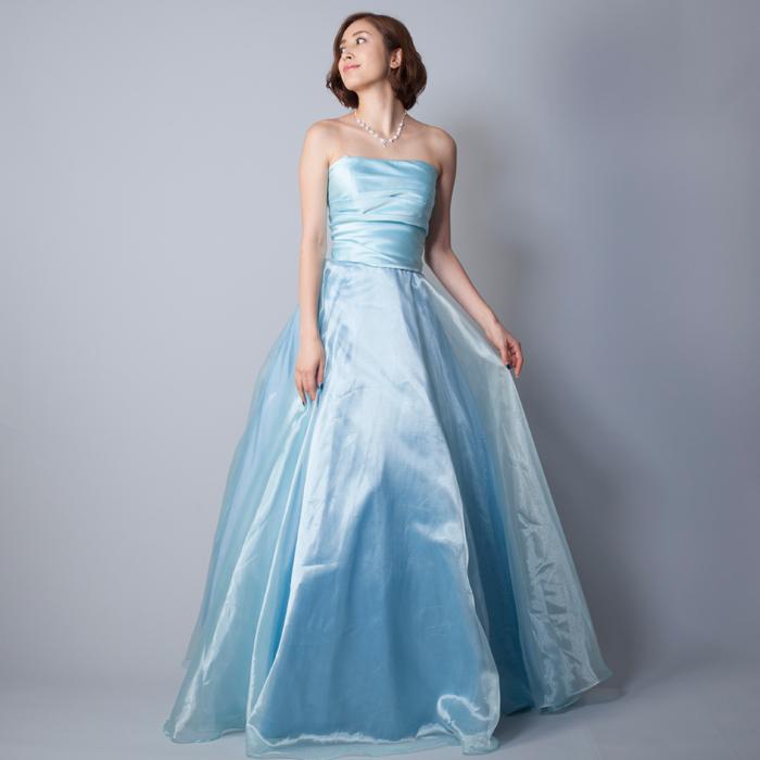 淡いライトブルーの清涼感のある優しい印象のカラードレス