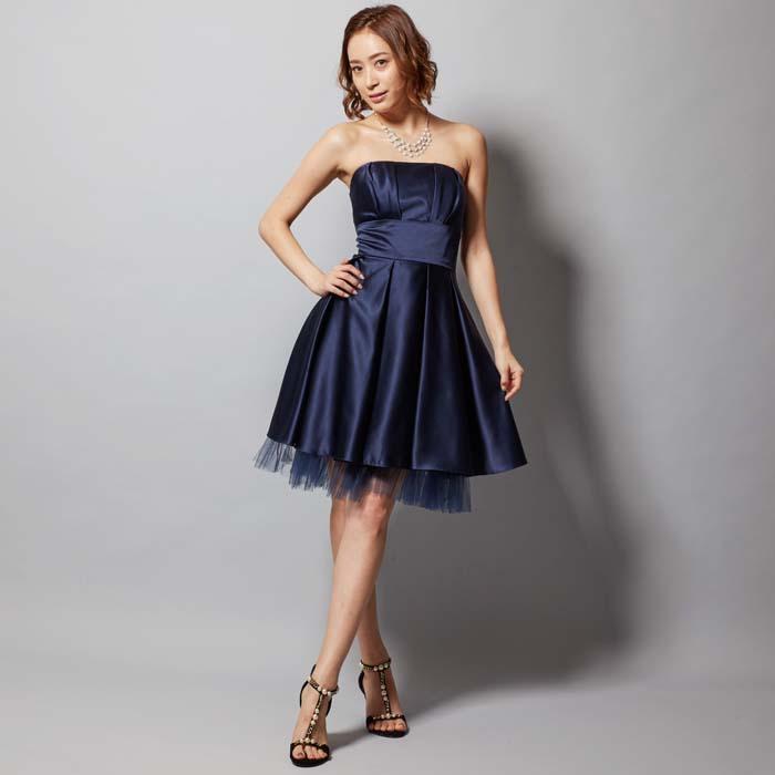 二次会で一目置かれる美しい光沢のネイビーカラーのショート丈ドレス