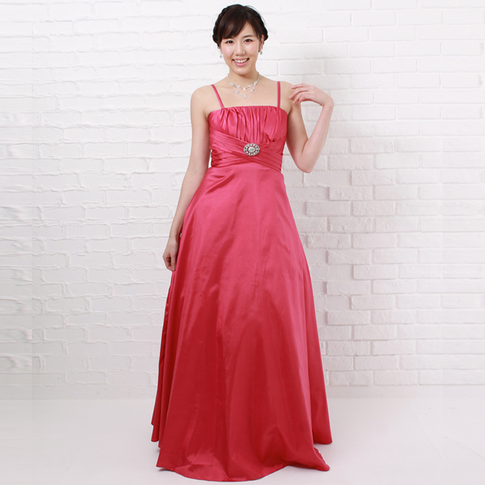 二次会で鮮やかなカラーが目を引くフーシャピンクカラーのドレス