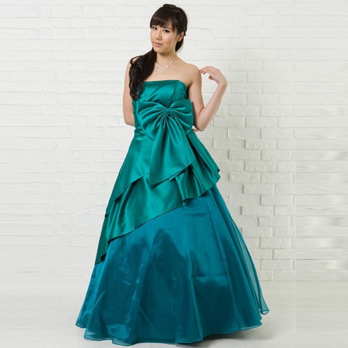 大きなリボンが特徴あるエメラルドグリーンのドレスで春の演奏会を演出