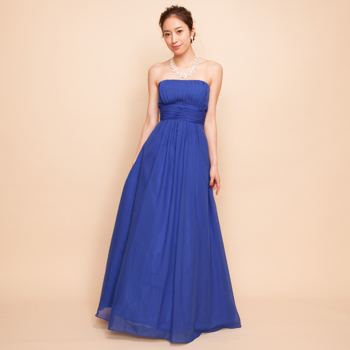 格式の高い演奏会にはキングスブルーとも呼ばれる王室カラーのロイヤルブルーカラーのドレス