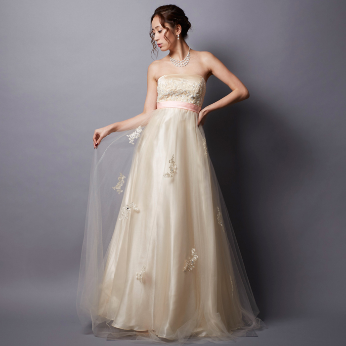 優しい印象で好感度アップ!ゴージャスなビーズが付いたアイボリーカラードレス