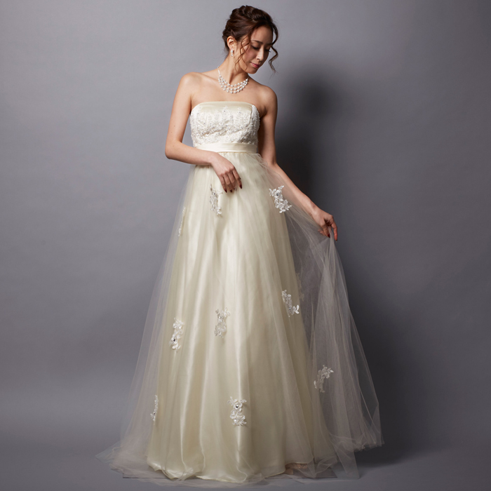 アイボリーカラーの結婚式や2次会の花嫁衣装にオススメなロングドレス