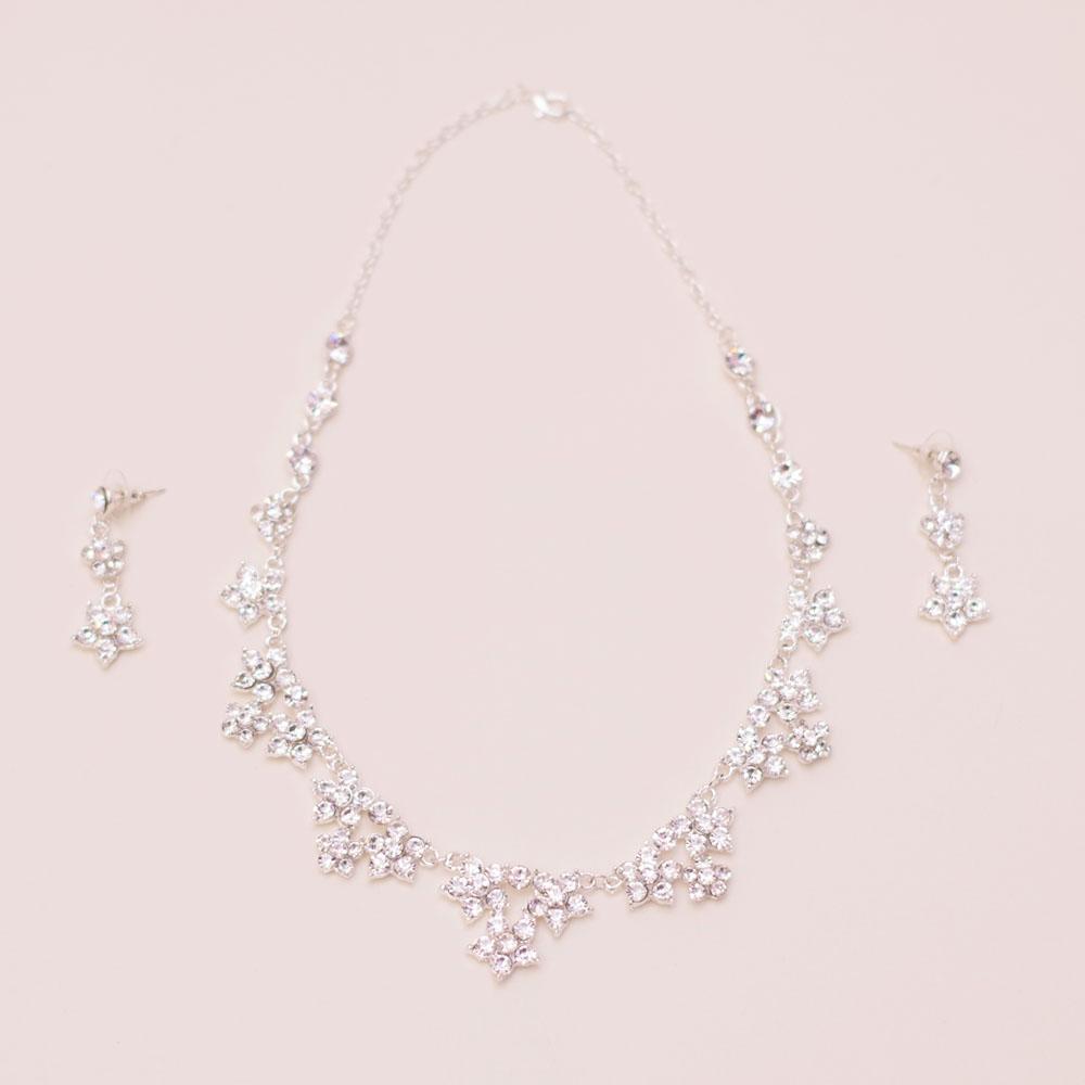 ドレスアップを盛り上げる!桜の花のようなデザインが可愛らしいキュートなネックレス&ピアス