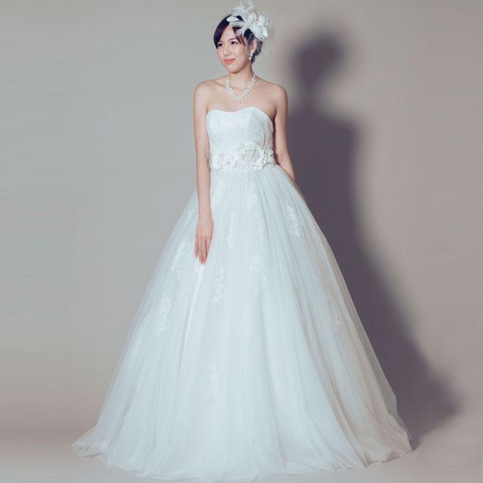 ふんわりと滑らかなスカートのデザインとウェストのお花が可愛らしい結婚式ドレス