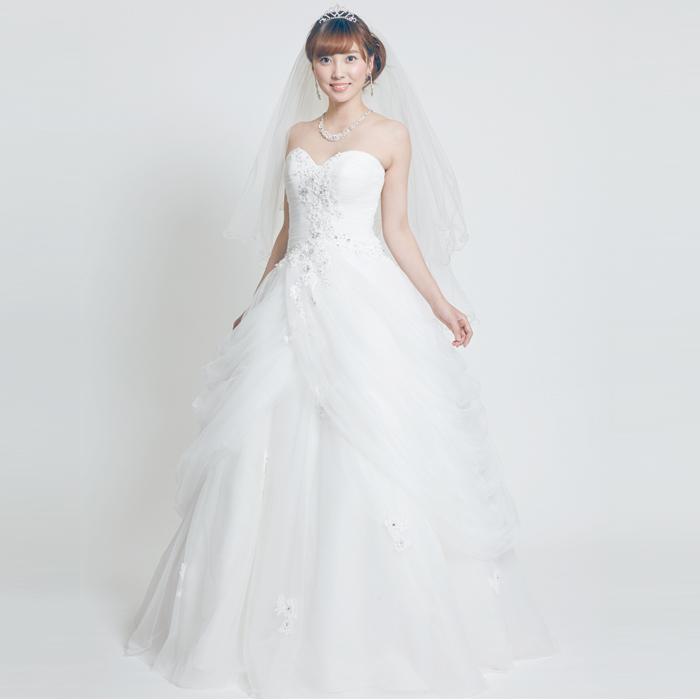 美しいドレープをスカートに装飾したお姫様スタイルのウェディングドレス