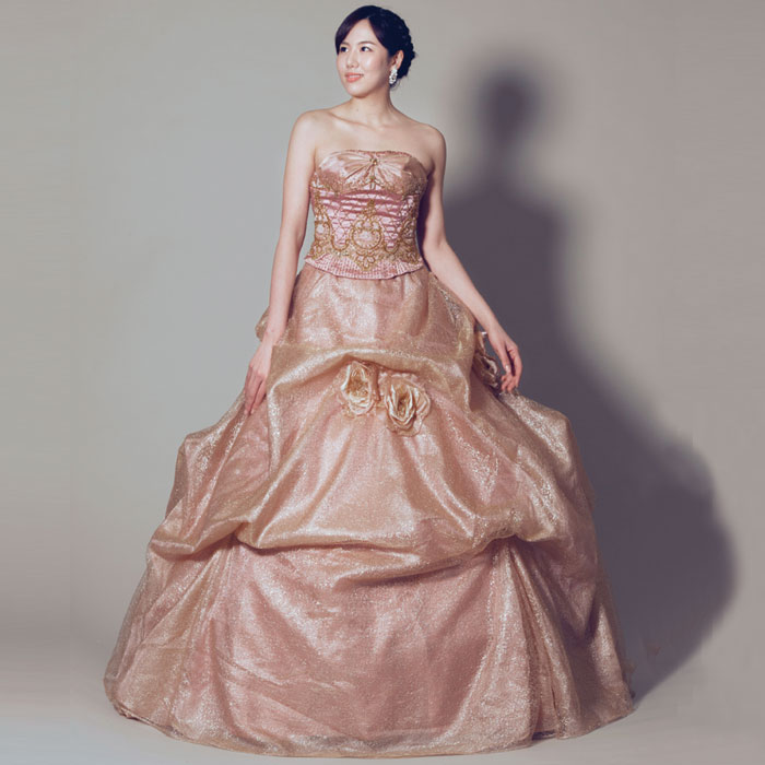 スカートのドレープが特徴的な、気品漂う大人のウェディングカラードレス