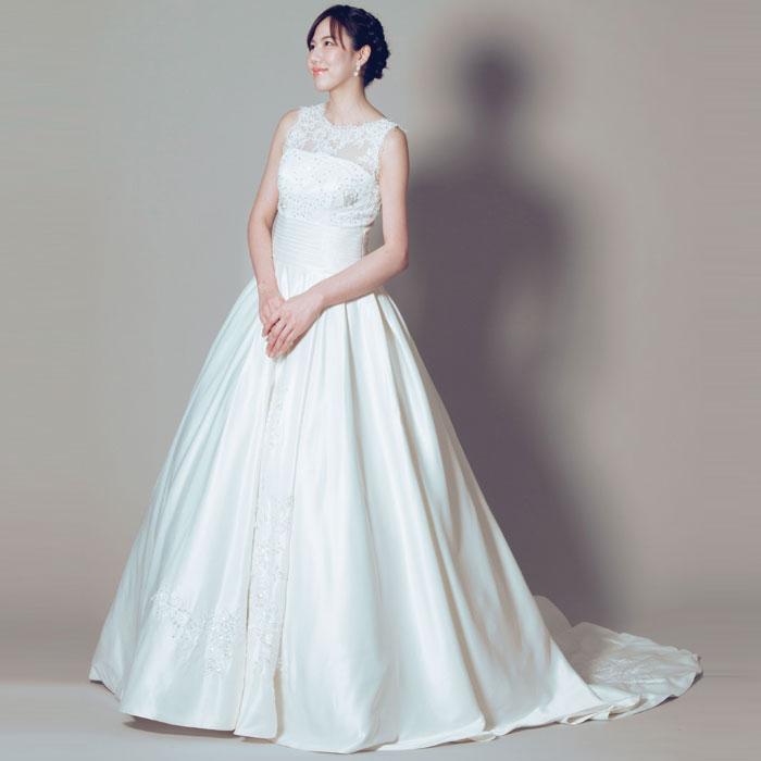 胸元の露出を抑えたデザインのウェディング・ホワイトドレス