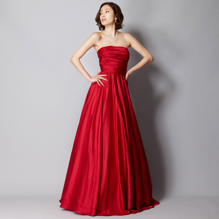 細身のシルエットに渋めのレッドがスタイリッシュなドレス