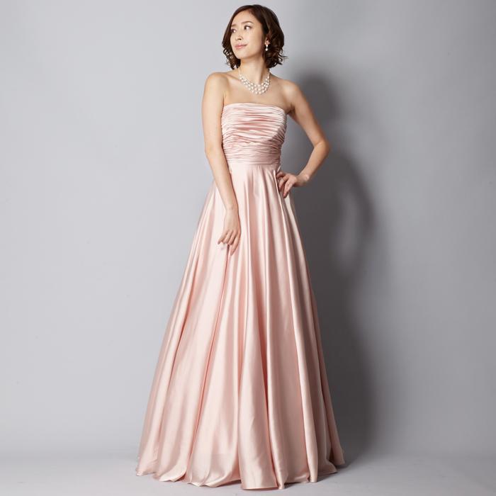 妖精のようにフェミニンで女性らしいアイボリーピンクのロングドレス