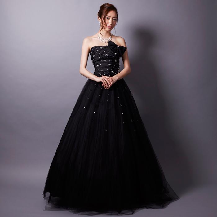 大人らしい上品さと可愛らしさを併せ持った、コンサートにオススメなブラックドレス