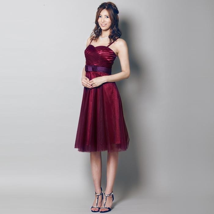 ワインレッドでパーティーシーンをエレガントに演出できるショートカラードレス