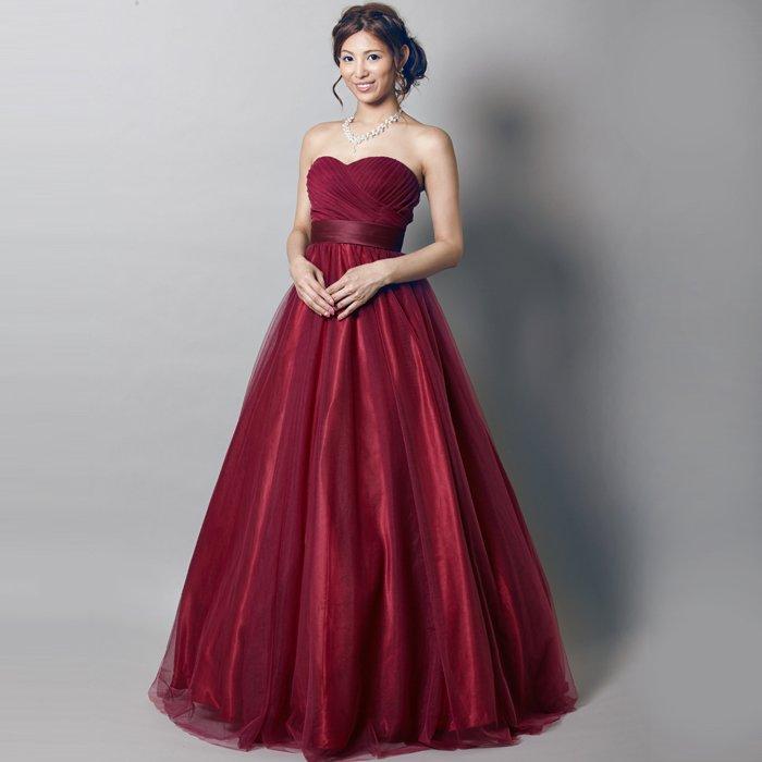 落ち着いたワインレッドカラーと光沢感が美しいドレス