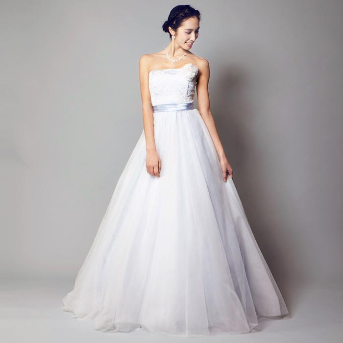 ベビーブルーとホワイトで洗練されたホワイトドレス