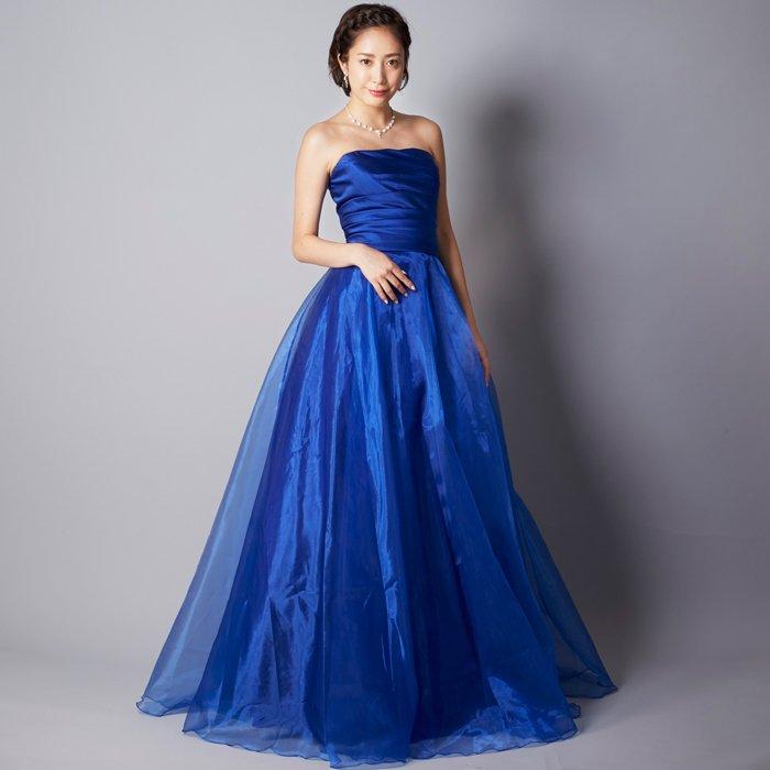 洗練された女性の雰囲気を醸し出せるロイヤルブルーのロングドレス