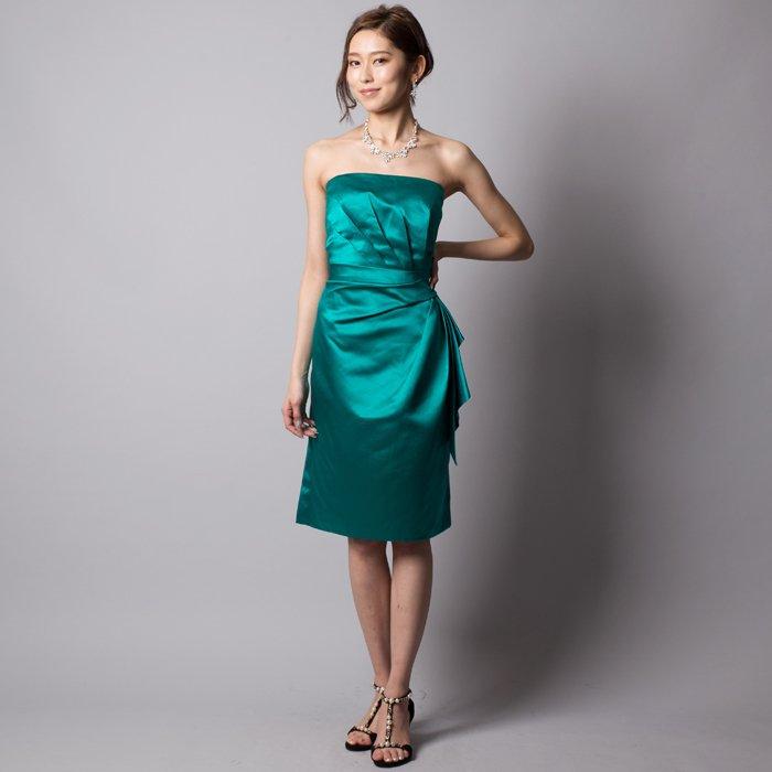 華やかなエメラルドで会場の視線を集めそうなサテンアイラインミディアムドレス