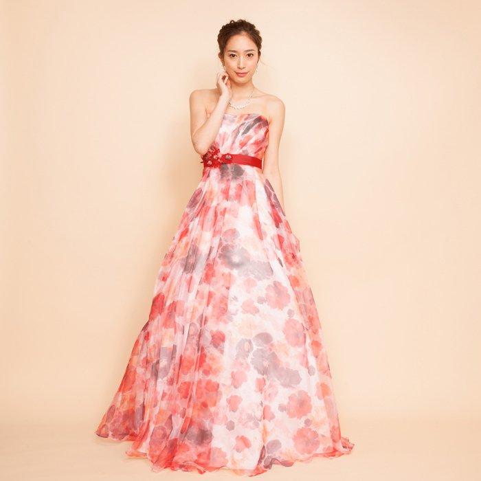 春の訪れを感じさせるレッド&オレンジプリントドレス