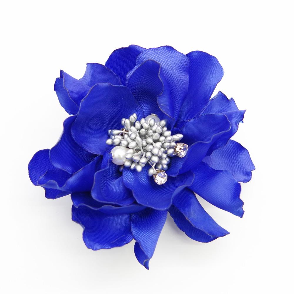 ドレスの印象を変えるロイヤルブルーの華やかコサージュ