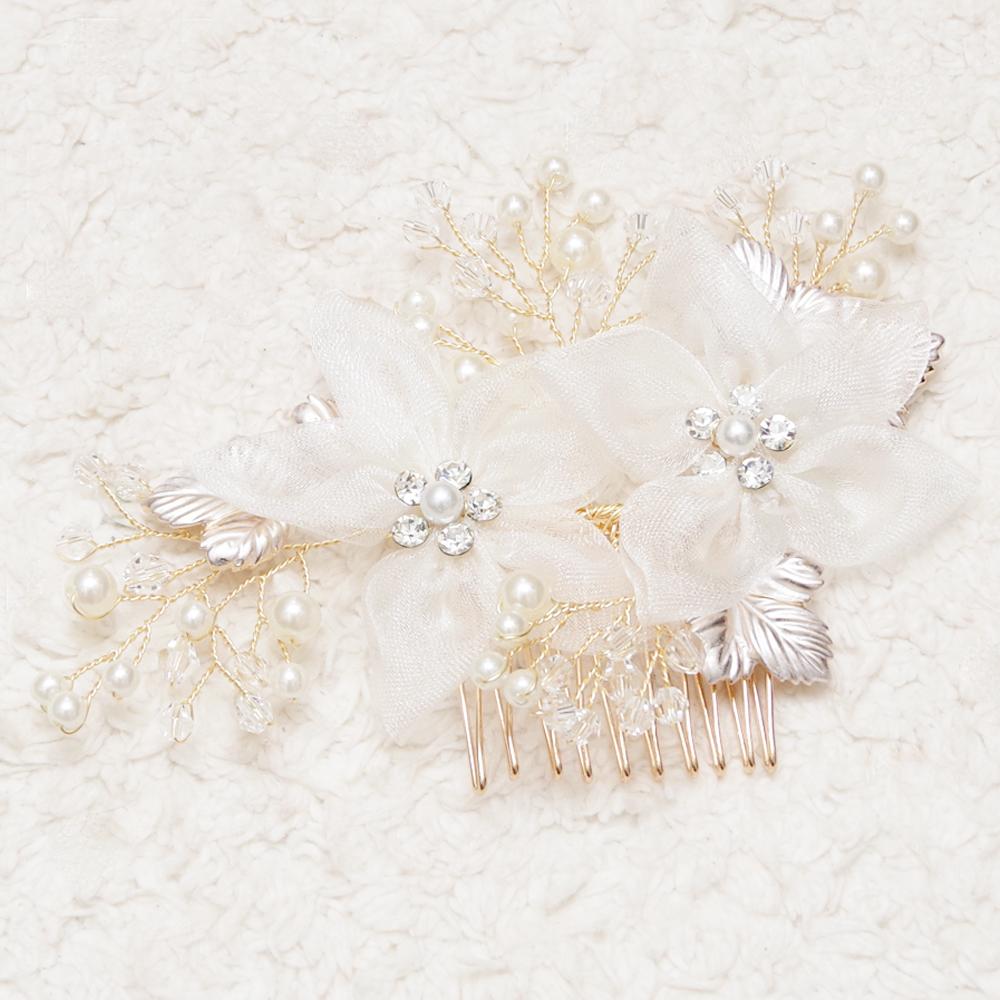 結婚式でのオシャレを楽しむならホワイトフラワーチュールコーム