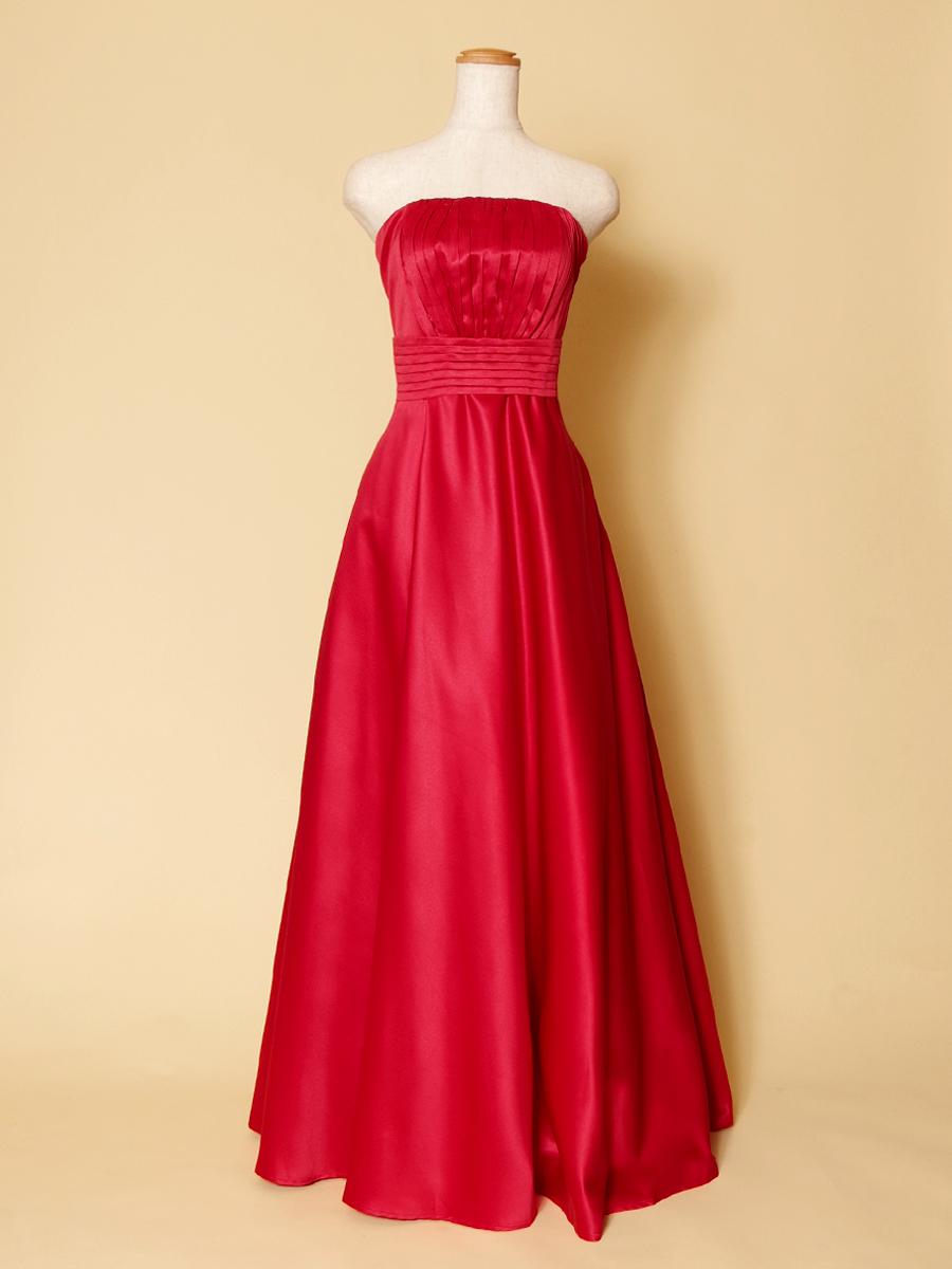 美しい質感で優雅なシルエットを演出するレッドカラーのスレンダーラインドレス