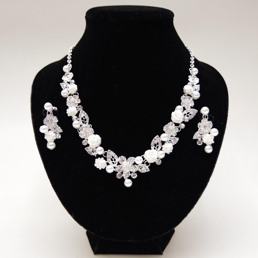ホワイトローズとパールで清楚な輝きと存在感のネックレスとイヤリング