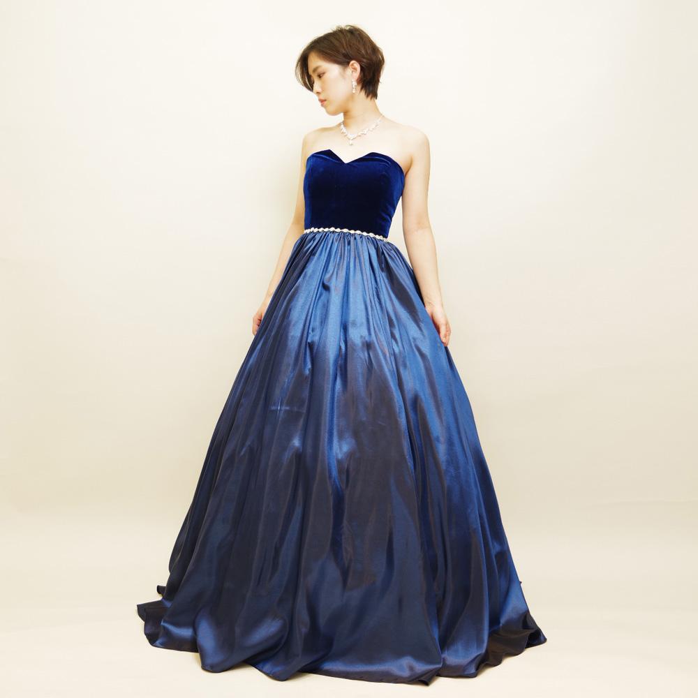 ウエストビーズがきらびやかで光沢感のあるネイビーボリュームドレス