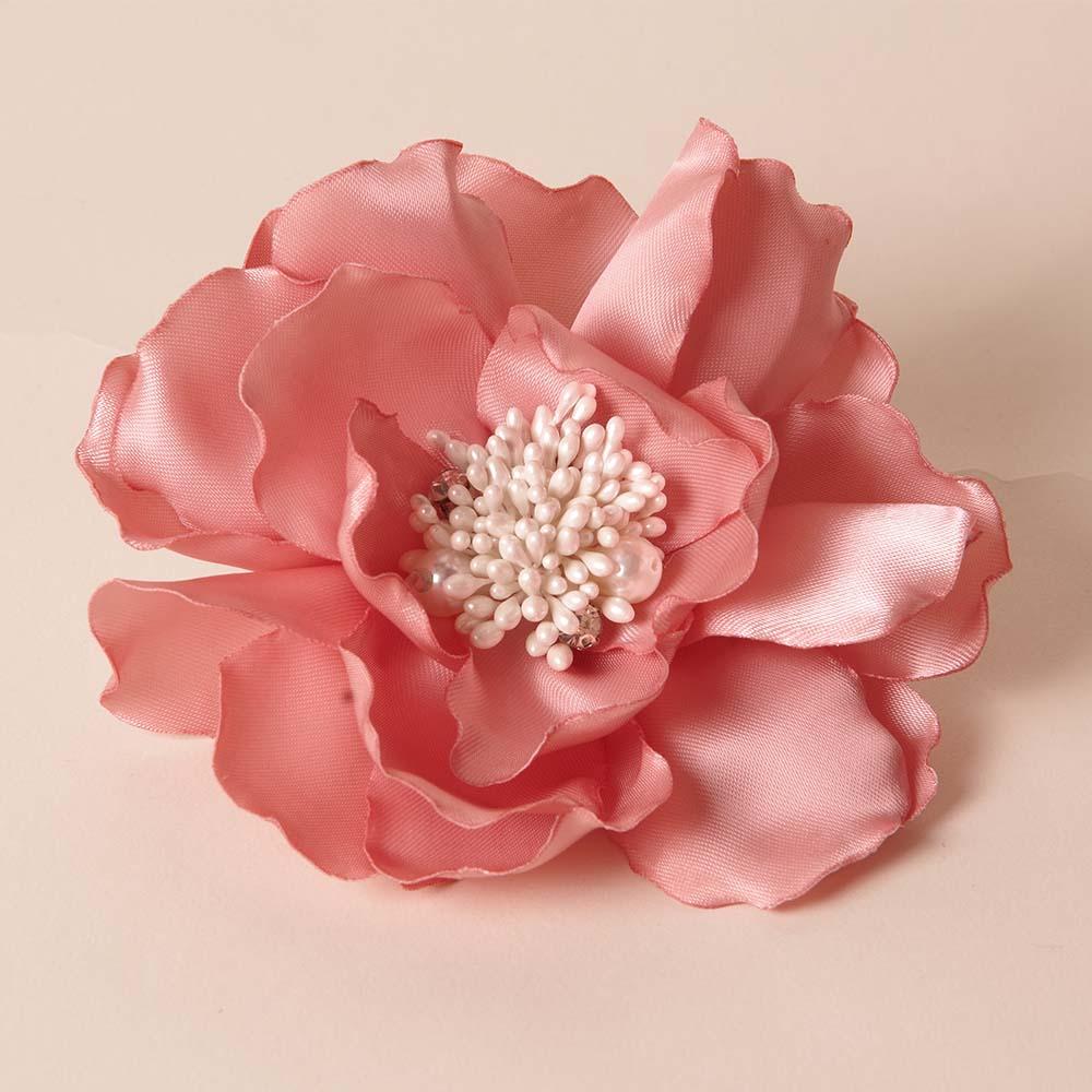 桜のようなダスティーローズカラーのピンクコサージュ