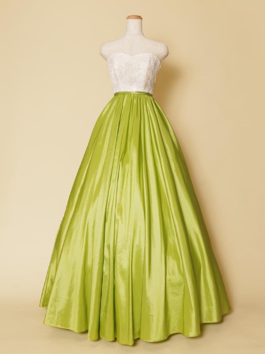 上身頃のホワイトフラワーレースとメロングリーンのスカートが相性抜群の個性派カラードレス