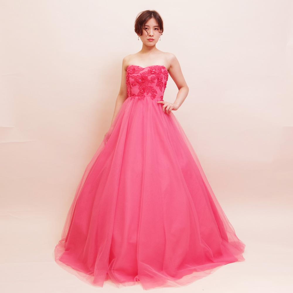 ストロベリーピンクでキュートな女性を演出できるチュールボリュームドレス