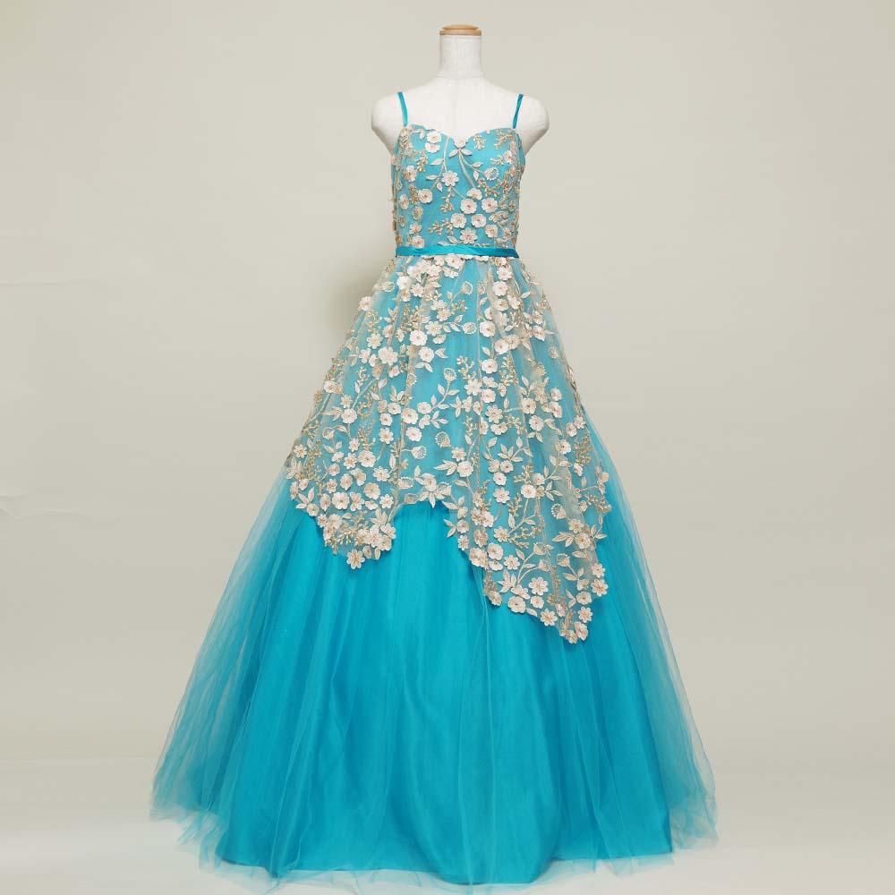 夏らしいスカイブルーとレースを組み合わせた軽やかな雰囲気のステージドレス