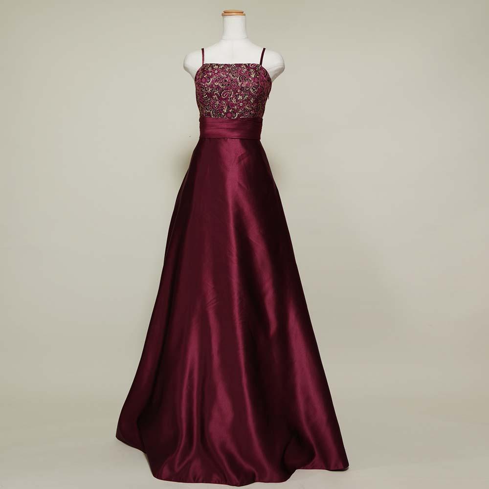 胸元の花柄刺繍が上品なワインレッドスレンダードレス