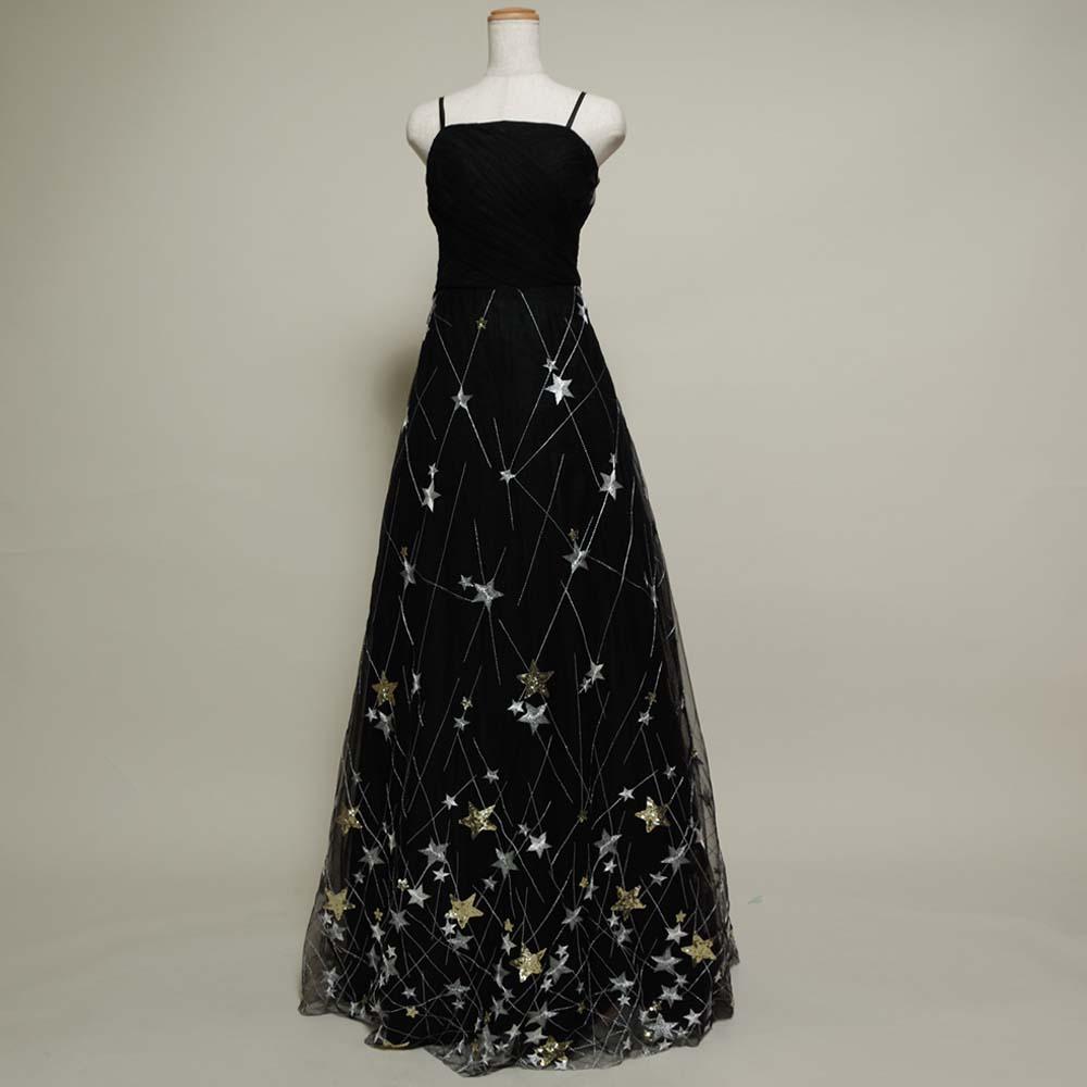 ブラックカラーとポップなスター柄を組み合わせたロングドレス