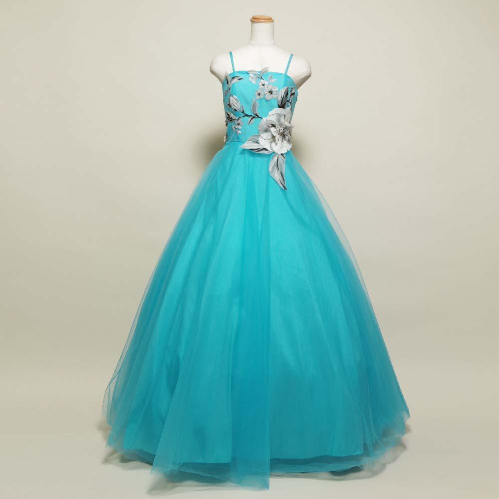グレーのお花の装飾を胸に施した明るいブルーのドレス