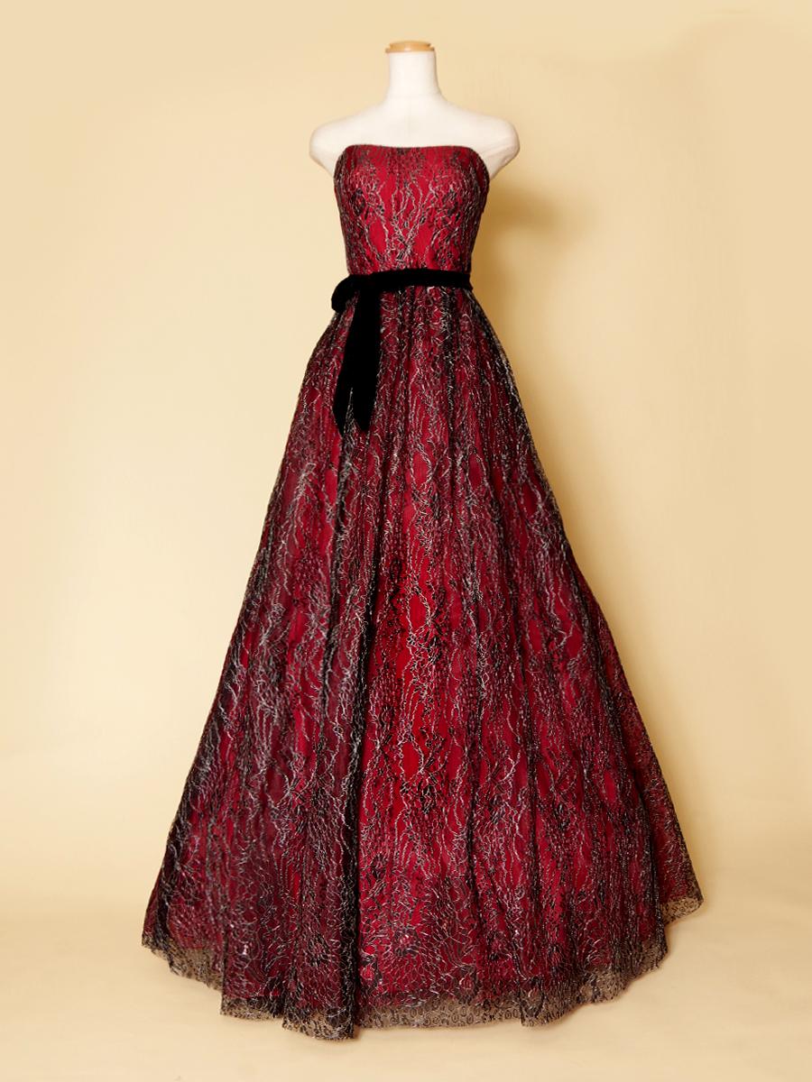 ブラックレースとレッドカラーの組み合わせが大人っぽいロングドレス
