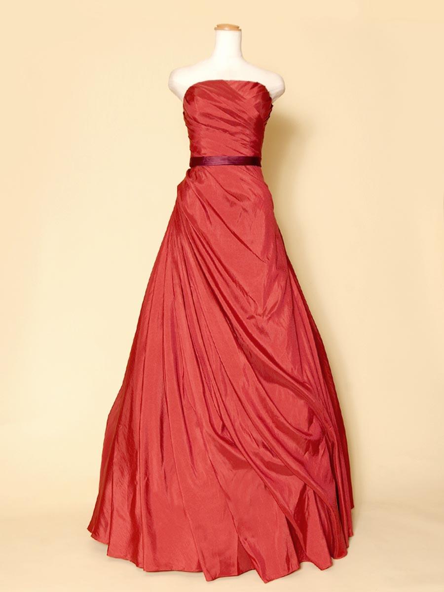 斜めドレープが体のラインを美しく表現してくれるオレンジカラーのコンサートドレス