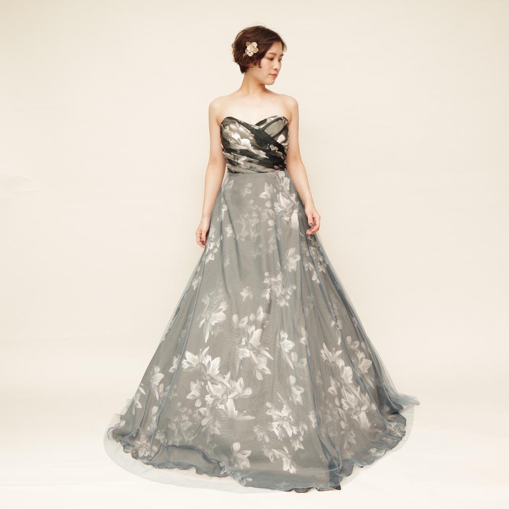 ブラック&ホワイトの花柄プリント生地を使ったボリュームが美しいロングドレス