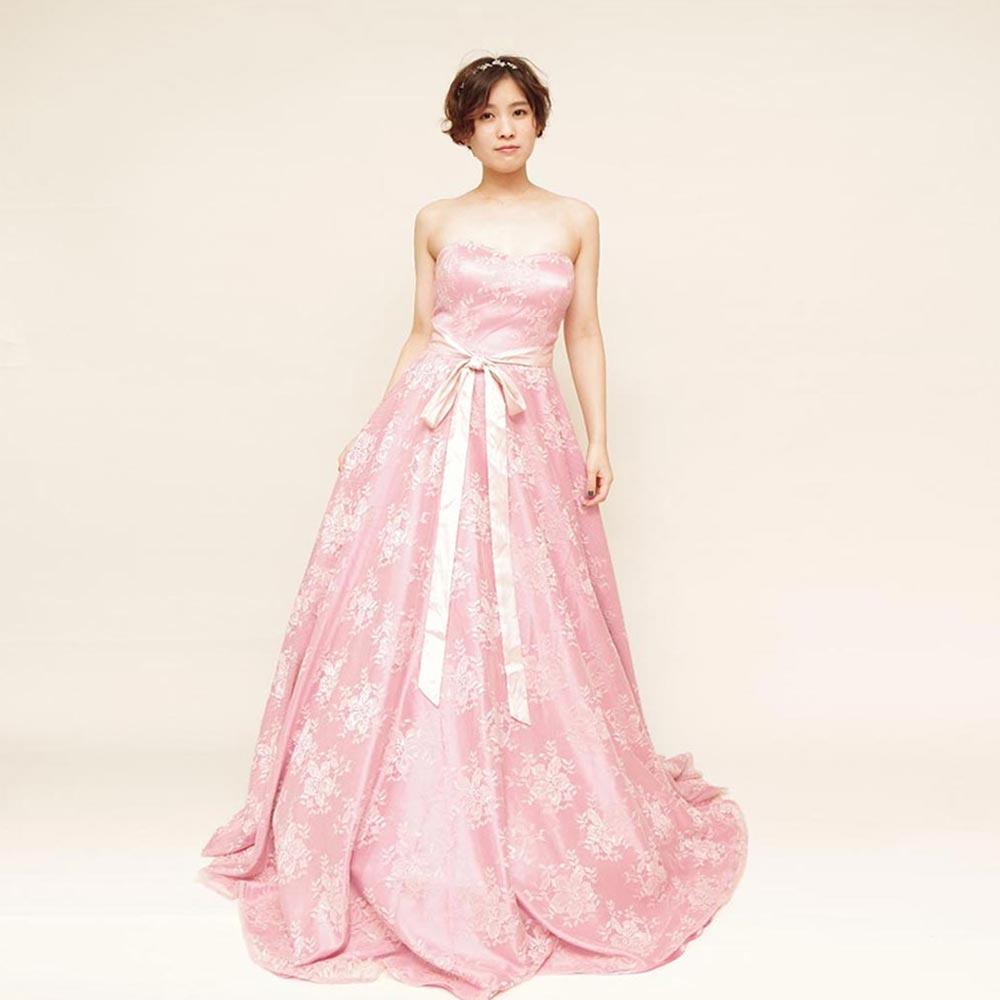 キャンディーのような甘いピンクカラーが女子力高め!ゆるふわお姫様系レースドレス
