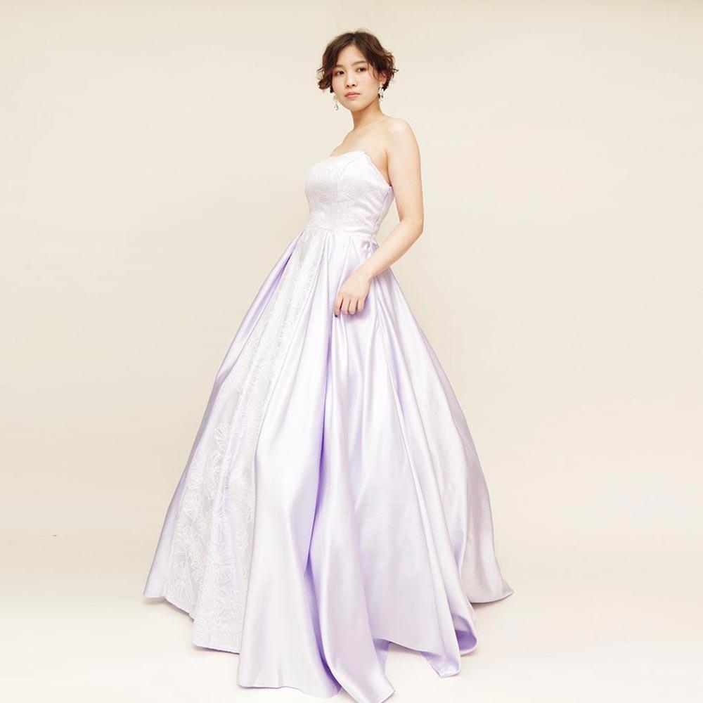 贅沢なボリューム感がリサイタルコンサートにピッタリ!淡いパープルカラーの演奏会ドレス