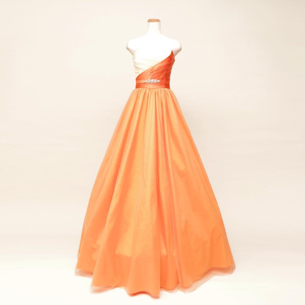 胸元斜めデザインのオレンジとオフホワイトを混ぜたナチュラルボリュームロングドレス