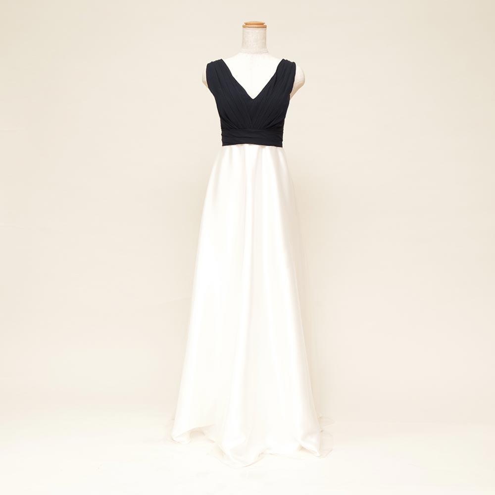 ブラック&ホワイトのトップとスカートの色の切り替えしが印象的な肩付きスレンダードレス
