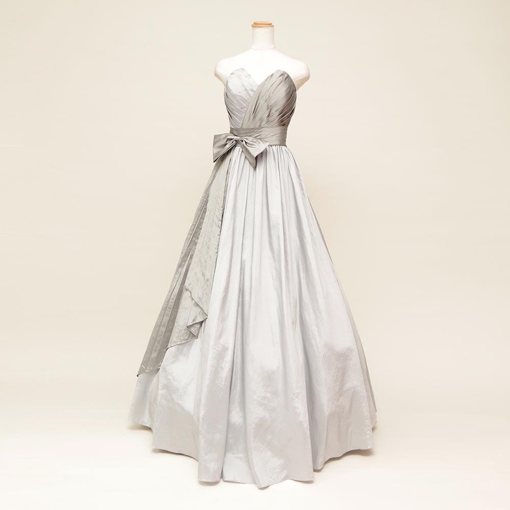 胸元エッジのシルバーカラーが大人の雰囲気を表現した大きなリボン付きの演奏会向けドレス
