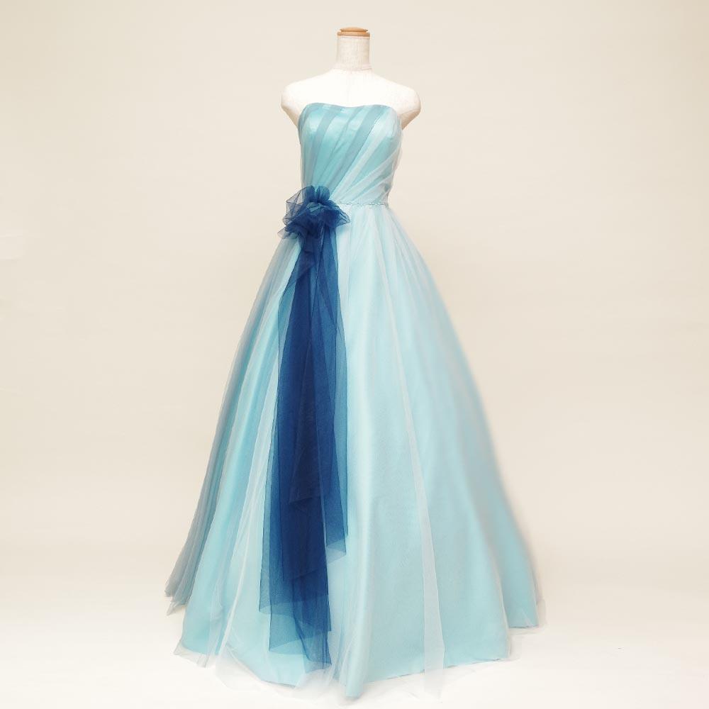 流れる水のような美しさを表現したウォーターブルーカラーのロングドレス