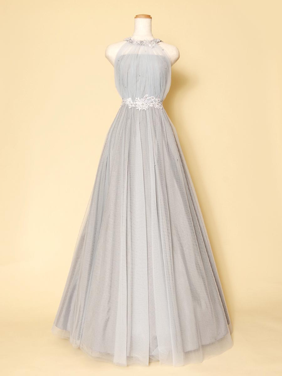 シックな色合いで大人でおしゃれな装いのシルバーカラーホルターネックドレス