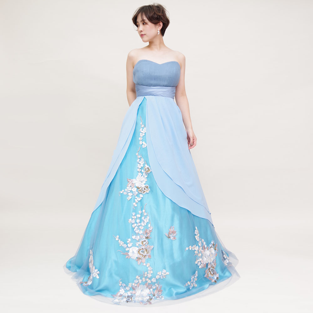 落ち着いたスカイブルーの色合いが清楚なエレガントAラインシルエットドレス