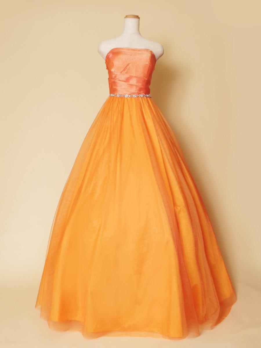 ハツラツ元気なオレンジカラーの座ったときのボリュームも美しいロングドレス