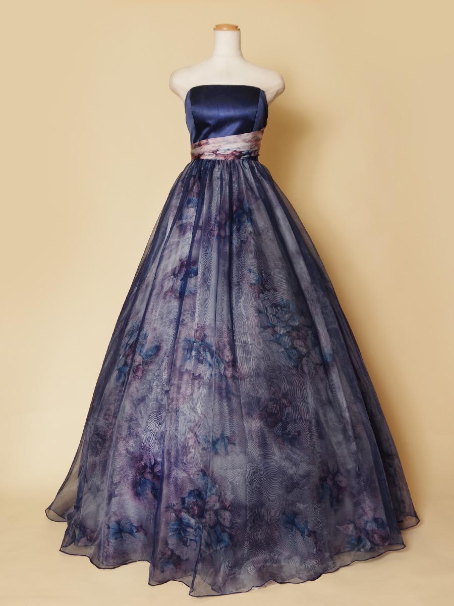 バックスタイルまでおしゃれ!総柄オーガンジーを贅沢に使用したボリュームネイビーカラードレス