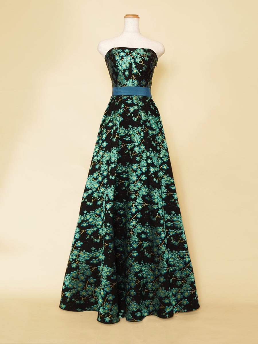 ミントブルーのブラックベースに花柄刺繍を施した大人な演奏会ドレス