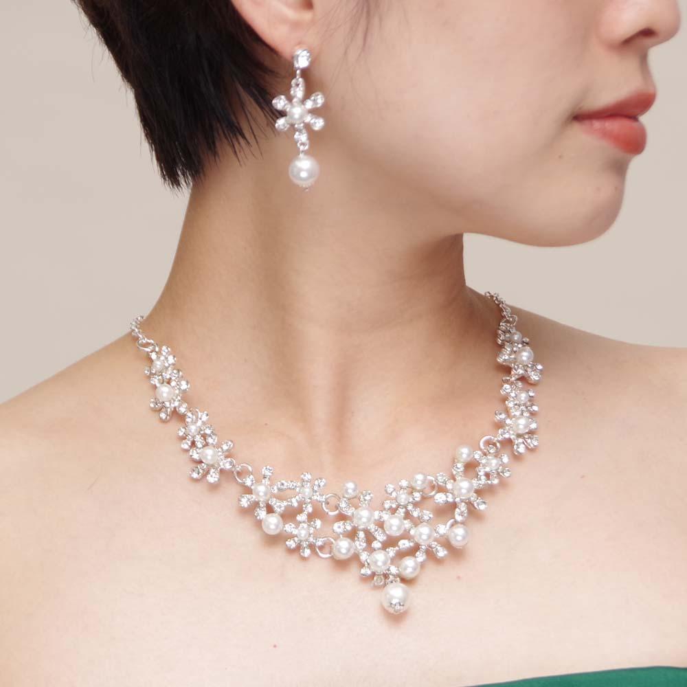 雪の結晶をモチーフにした胸元を豪華に演出してくれるパールネックレス・ピアスセット